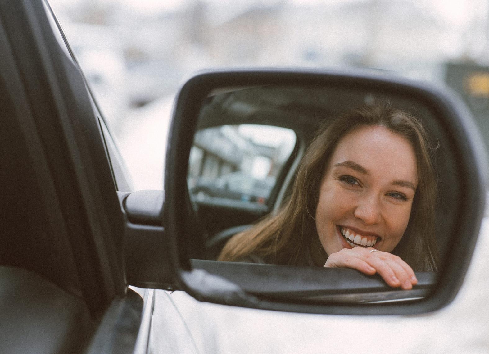 Vrouw in autospiegel