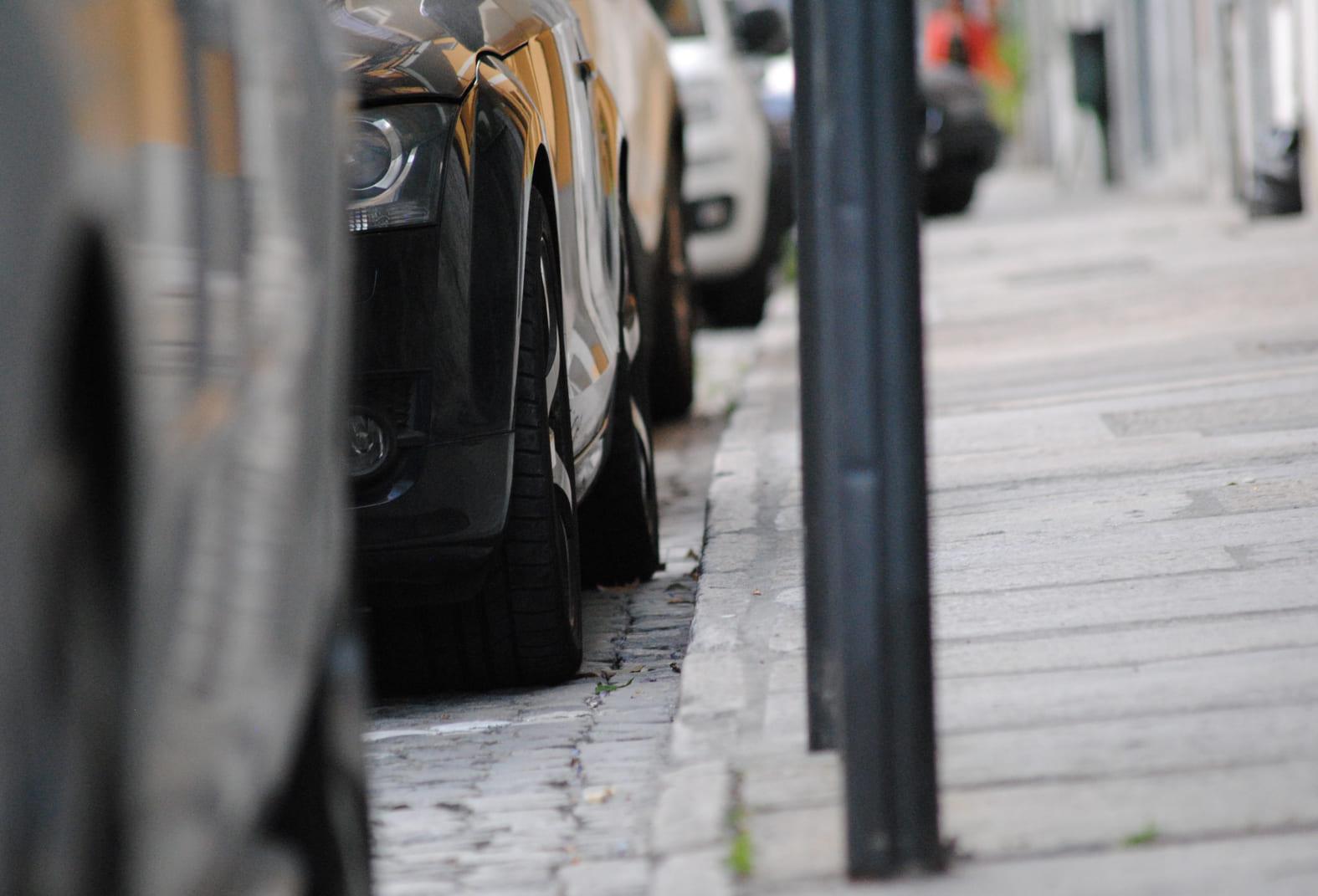Auto's geparkeerd langs de stoep